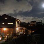 月あかりに映える家